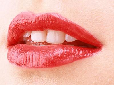嘴唇脱皮是什么原因图片